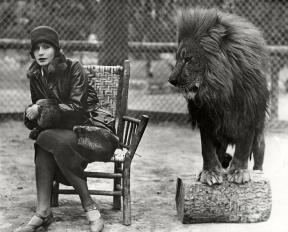 greta-garbo-and-leo-the-lion-in-1926